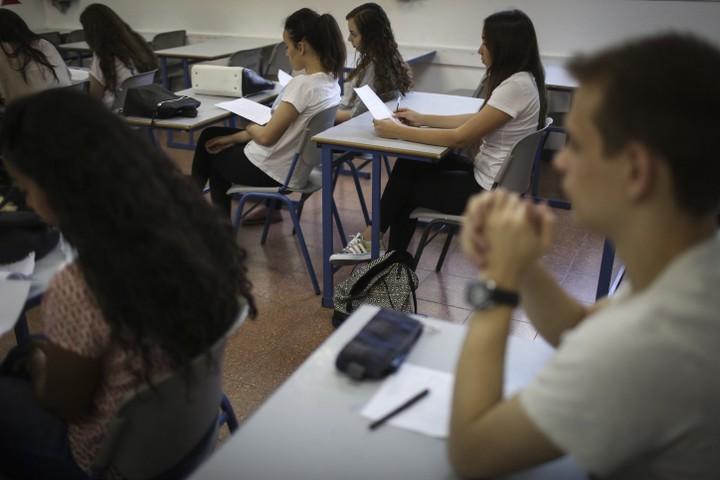 """תלמידי כיתה י""""ב במהלך בחינת בגרות במתמטיקה. אילוסטרציה. (הדס פרוש / פלאש 90)"""