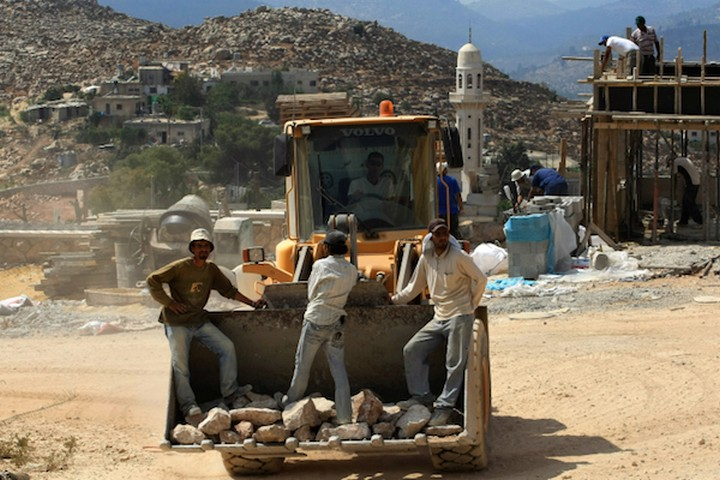 פועלים פלסטינים נאלצו להשתתף בבניית התנחלויות המאיימות על קיום הקהילות הפלסטיניות. פועלים בהר גילה (צילום: קובי גדעון / פלאש 90)
