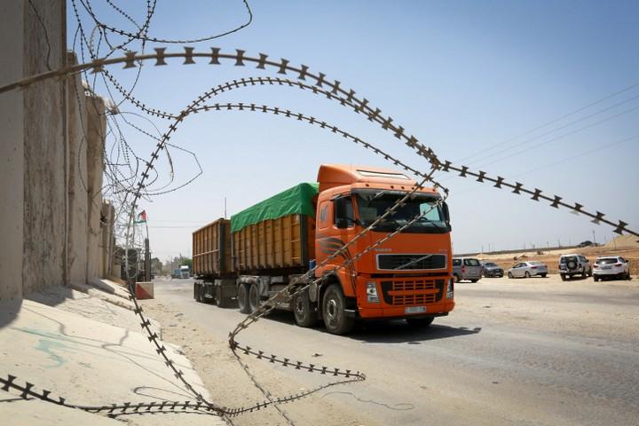"""לפי האו""""ם, עזה לא תהיה ראויה למגורים כבר בשנה הבאה. משאית במחסום קרני (צילום: עבד רחים ח'טיב / פלאש 90)"""
