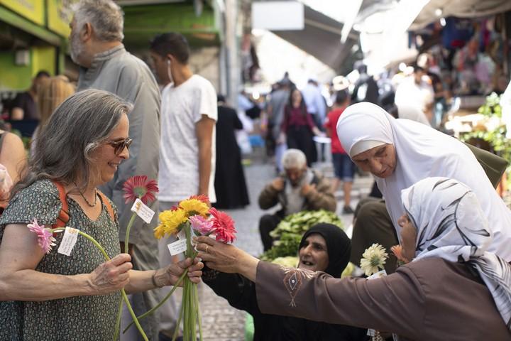 """מתנדבים מארגון """"תג מאיר"""" חילקו פרחים לתושבי העיר העתיקה בליווי ברכת """"רמדאן כרים"""""""