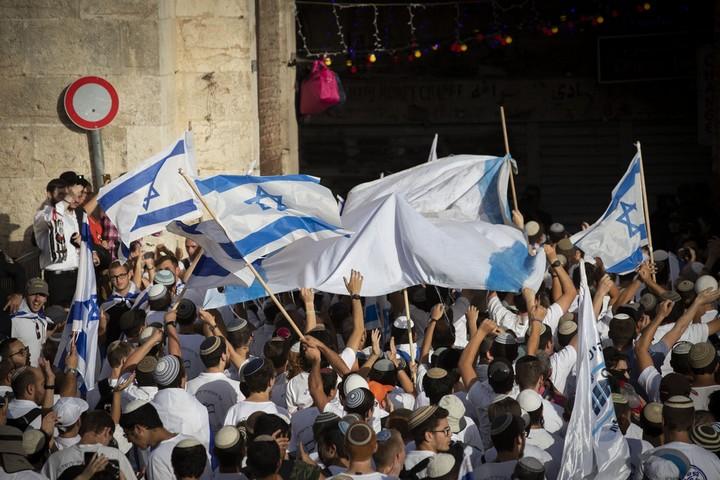 """""""מצעד הדגלים"""" עבר בשקט יחסי, אבל האופי שלו נשאר אלים. הצועדים נכנסים לשער שכם (צילום: אורן זיו / אקטיבסטילס)"""