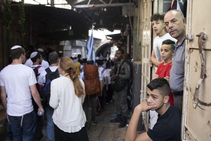 """התושבים הפלסטינים נאלצו לחכות במחסומים בדרך לסעודת שבירת צום הרמדאן, עד שצועדי """"מצעד הדגלים"""" יעברו (צילומים: אורן זיו / אקטיבסטילס)"""