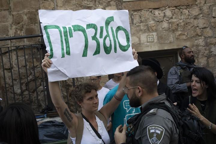 קבוצה של פעילי שמאל ישראלים ואמריקאים חסמו לזמן קצר את המצעד. הם פוזרו בכוח על ידי הצועדים והשוטרים