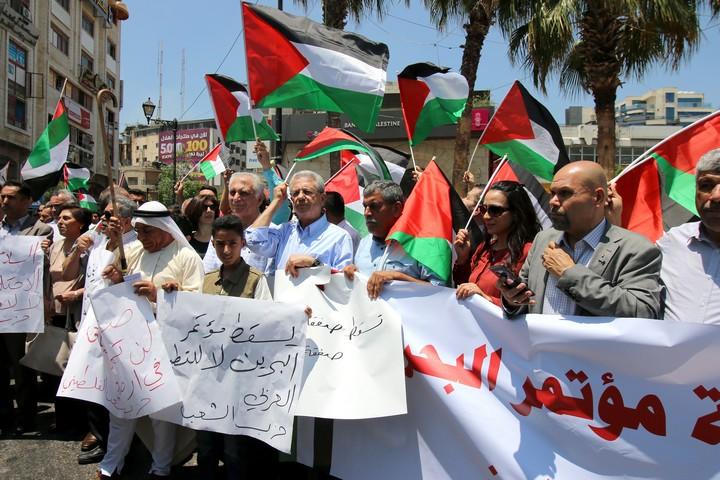 """""""עסקת המאה היא רק ניסיון לחסל את הזכויות הפלסטיניות"""". הפגנה בשבת ברמאללה נגד ועידת בחריין (צילום: אחמד אל-באז)"""