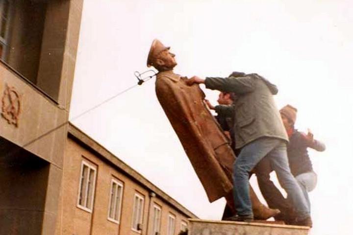 במשרד החוץ הישראלי היו מודאגים: ההמונים לא מפחדים מטנקים ורובים. הפלת פסל של השאה אחרי המהפכה (צילום: ויקימדיה)