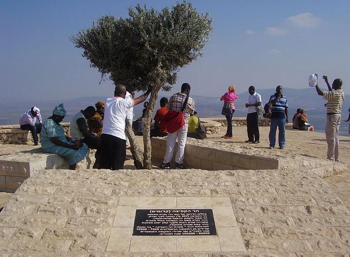 """צליינים מתפללים בהר הקפיצה. (צילום: ד""""ר אבישי טייכר, פיקוויקי ישראל, ויקימדיה CC BY 2.5)"""