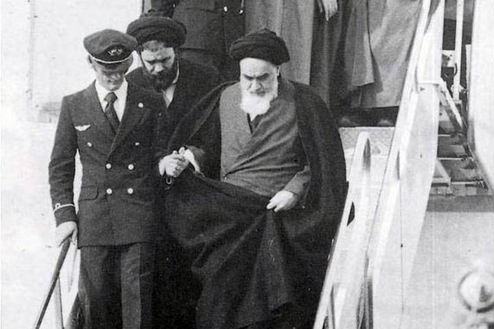 היה ברור לישראל שברגע שחומייני יחזור, יבוא קץ ליחסים עם איראן. חומייני יורד מהמטוס עם שובו לאיראן בינואר 1979 (צילום: ויקימדיה)