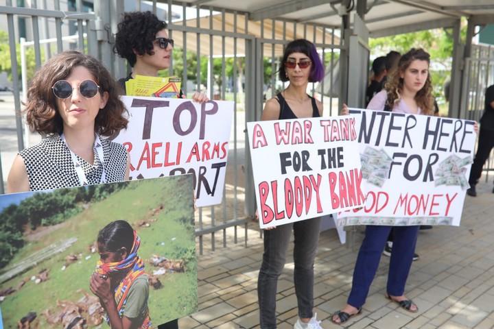 ישראל הבטיחה שהיא מפסיקה את יצא הנשק למיאנמר, אז מה הנציגים שלה עושים פה? מפגינים מול תערוכת הנשק בתל אביב (צילום: אורן זיו / אקטיבסטילס)