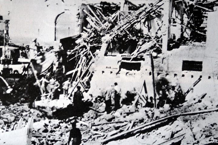 חומר הנפץ הוסתר במשאית עם תפוזים. 28 איש נהרגו בפיצוץ, 160 נפצעו, כולם אזרחים. בניין הסאראיה אחרי הפיצוץ בינואר 1948 (צילום: ויקימדיה)