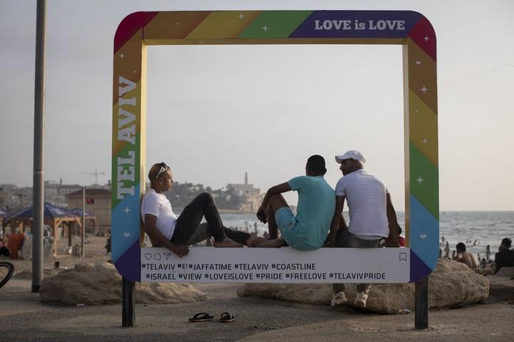 """""""מאז שהייתי ילד, לא הייתי בים"""". צעירים מהגדה המערבית מצטלמים על רקע חוף הים ביפו (צילום: אורן זיו / אקטיבסטילס)"""