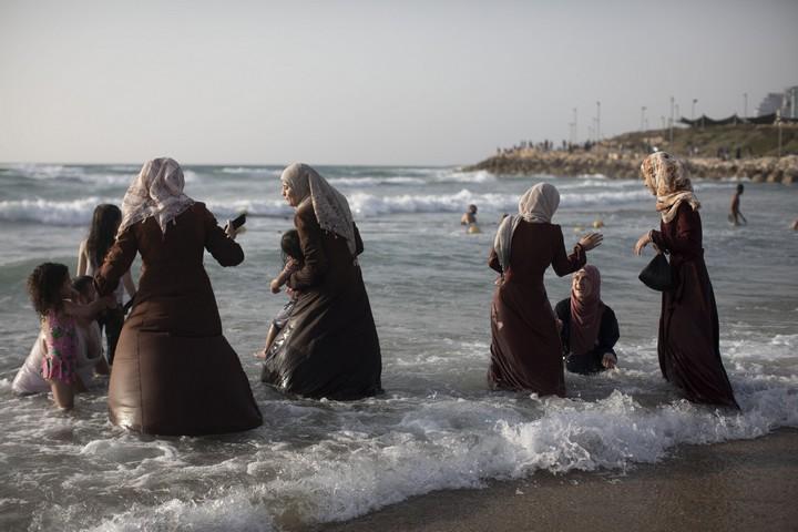 """נשים רוחצות בים. """"הלוואי והיה שלום ונוכל לבוא כל יום"""""""