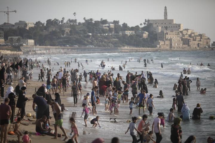 """""""קלקיליה במרחק חצי שעה והכל אחרת"""". מתרחצים פלסטינים בחוף של יפו"""
