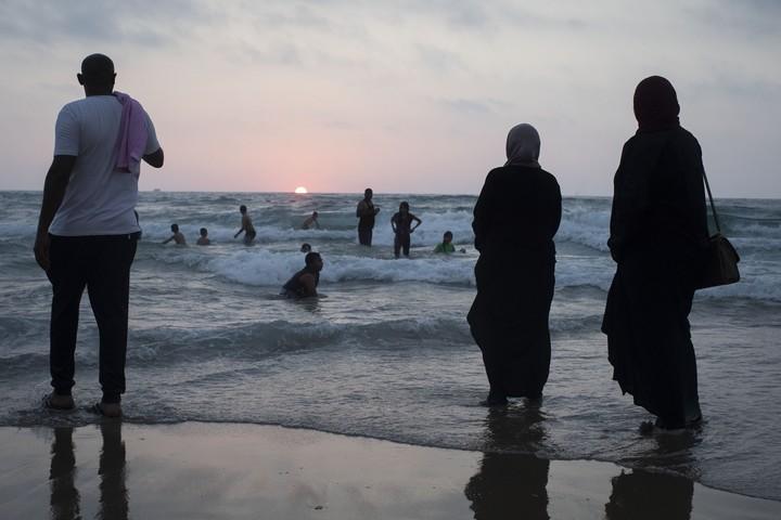 המצילים קראו לצאת בעברית, ערבית ואנגלית, אבל המתרחצים רצו לנצל עוד רגע בים