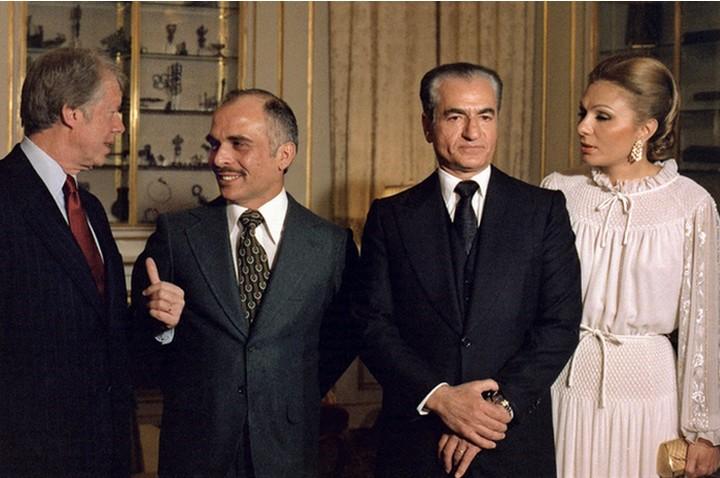 """ישראל ראתה בשאה בעל ברית במלחמה נגד """"סכנת הקומוניזם"""" במזרח התיכון. השאה בביוקר בבית הלבן ב-1976 עם הנשיא קרטר ומלך ירדן חוסיין (צילום: ויקימדיה)"""