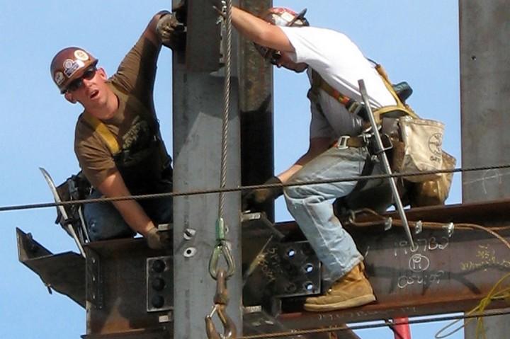 """הבטיחות בענף הבניין היא בעיה כלל עולמית. פועלי בניין במסצ/וסטס בארה""""ב (צילום: Paul Keheler, flickr, CC BY 2/0)"""