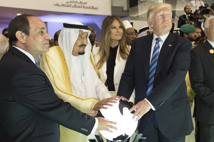 א-סיסי הפך את מצרים לדיקטטורה משטרית-צבאית. א-סיסי עם נשיא האמריקאי טראמפ וסלמן מלך סעודיה (צילום: שילה קרייגהד, הבית הלבן)