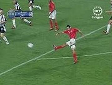 כוכב על במצרים ובעולם הערבי. אבו תריכה כובש את שער הניצחון באליפות אפריקה ב-2006 (צילום מהטלוויזיה