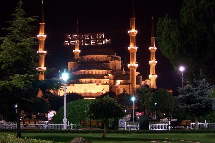 הטורקים לא הלכו אחרי הסעודים. מסגד סולטן אחמט באיסטנבול מואר לכבוד החג (צילום: CC BY-SA 3.0 Ugur Basak)