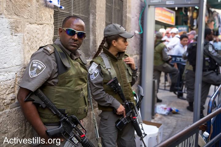 """בדרך לתפילות באל אקצא, אמא שלי נתקלת באתיופים במדי מג""""ב. זה לא משנה את העמדה שלה. שוטרי מג""""ב בעיר העתיקה בירושלים (צילום: אחמד אל-באז / אקטיבסטילס)"""
