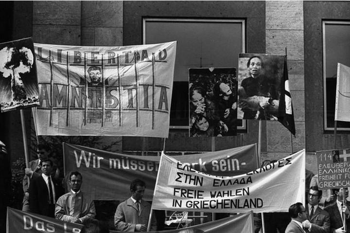 כל מי שהפגין או הביע מחאה נגד המשטר ביוון, נעצר מייד. הפגנה בגרמניה נגד המשטר הצבאי ביוון ( Bundesarchiv, Bild 183-F0503-0204-005 / CC-BY-SA 3.0)