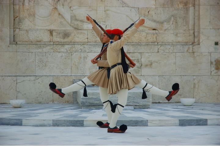 כדי להסוות את הקשרים עם המשטר הצבאי ביוון, נציגי הצבא היווני הגיעו לישראל בלבוש אזרחי. חילופי משמר בקבר החייל האלמוני באתונה (צילום: Cristoph Warner, CC BY_SA 2/0)