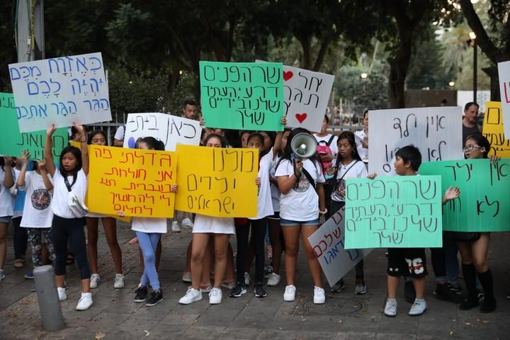 ילדי מהגרות עבודה מהפיליפינים שנולדו בישראל וגדלו כאן מפגינים נגד גירושם (אורן זיו)