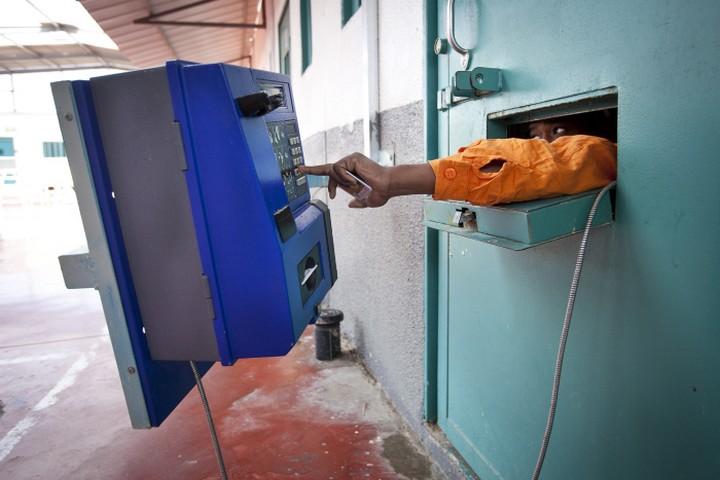 קטינים פלסטינים בכלא לא מקבלים ביקורים במשך חודשים ארוכים, וגם האפשרות לקשר טלפונים עם הוריהם נמנעת מהם. אילוסטרציה. (משה שי / פלאש 90)