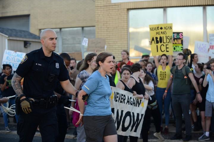 """מפגינה יהודיה נעצרת במהלך הפגנה של קבוצת """"פעולת לעולם לא עוד"""" מחוץ למרכז מעצר של משטרת ההגירה והמכס בניו ג'רזי. 1 ביולי 2019. (צילום: גילי גץ)"""