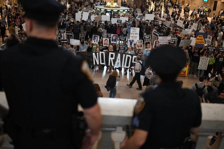מאות פעילים מתכנסים בתחנת גרנד סנטרל בניו יורק כדי למחות על האופן שבו מטפל הממשל האמריקאי בילדים פליטים במעצר. 8 ביולי 2019. (גילי גץ)