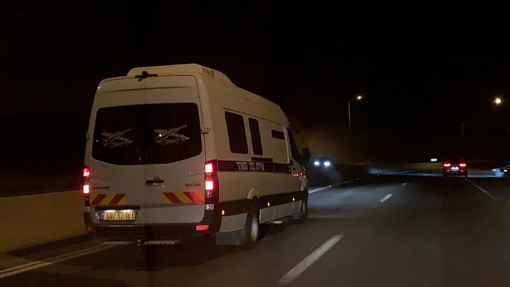"""רכב של שב""""ס מוביל את העיתונאי מוסטפא אל-חרוף לעבר מעבר אלנבי. הירדנים סירבו להתבלבל מול התרגיל הישראלי"""