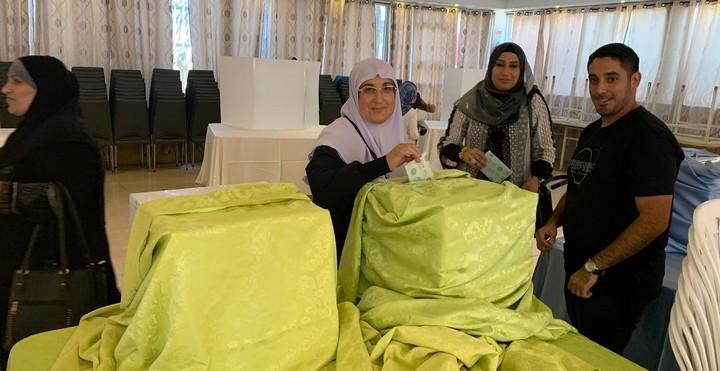 """נשים מצביעות בפריימריז של רע""""מ. הבחירה באימאן ח'טיב יאסין הובילה לפרץ התרגשות באולם. (צילום: דוברות רע""""מ)"""