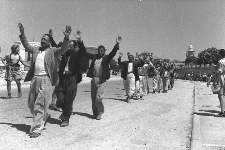 """תושבי רכניעת העיר רמלה במהלך מלחמת 1948 (צילום: אלדן דוד, לע""""מ)מלה הערבים נכנעים במהלך מלחמת 1948 (צילום: אלדן דוד, לע""""מ)"""