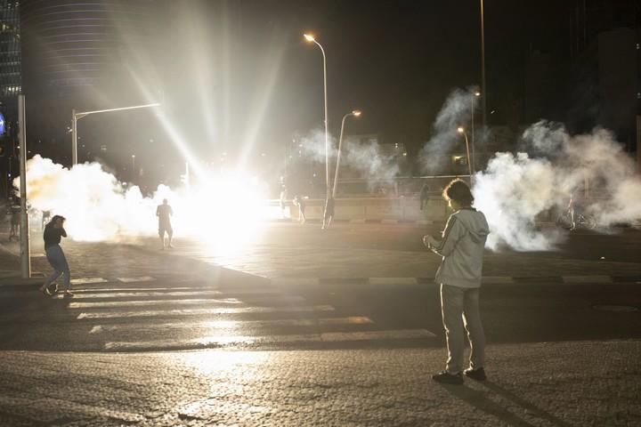 רימוני הלם במרכז תל אביב. הפגנה נגד אלימות משטרתית בתל אביב בעקבות הריגתו של סלמון טקה בידי שוטר. 2 ביולי 2019 (אורן זיו)