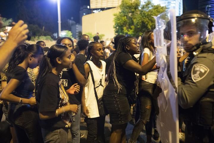 בנות ובני נוער מוחים במרכז תל אביב וחוסמים את צומת עזריאלי ואת נתיבי איילון במחאה על אלימות משטרתית, בעקבות הריגתו של סלמון טקה בידי שוטר. 2 ביולי 2019 (אורן זיו)