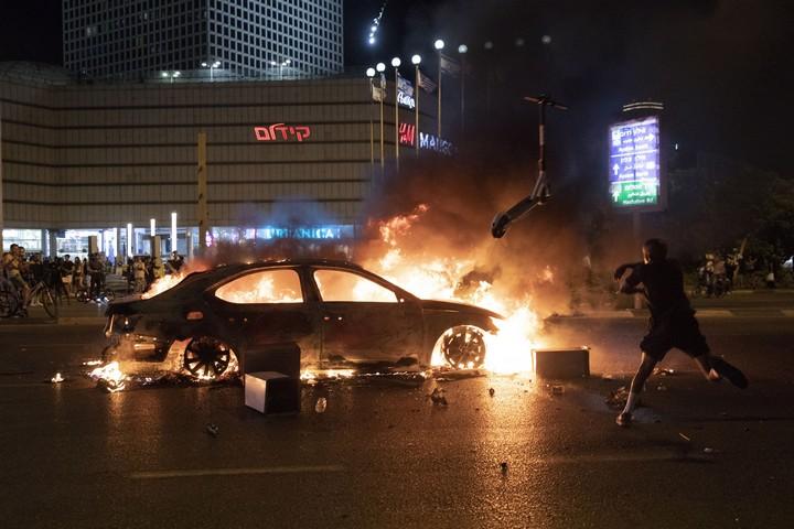 מכונית שהוצתה בצומת עזריאלי במהלך המחאה נגד אלימות משטרתית, בעקבות הריגתו של סלמון טקה בידי שוטר. 2 ביולי 2019 (אורן זיו)