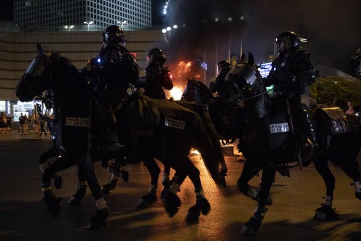 שוטרים רכובים על סוסים דוהרים לעבר מפגינים במהלך הפגנה נגד אלימות משטרתית בתל אביב בעקבות הריגתו של סלמון טקה בידי שוטר. 2 ביולי 2019 (אורן זיו)