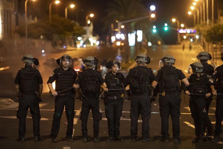 שוטרים מתכוננים להתעמת ולפנות את בני הנוער המוחים נגד אלימות משטרתית בתל אביב בעקבות הריגתו של סלמון טקה בידי שוטר. 2 ביולי 2019 (אורן זיו)