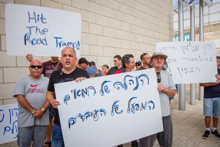 העובדים העדיפו למקד את המחאה נגד ההנלה של חיפה כימיקלים. מחאה בעת דיון על עתיד המפעל בבית הדין לעבודה בחיפה (צילום: פלאש 90)