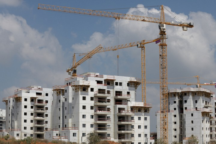 התוכנית מציעה שהממשלה תבנה ותמכור מאות אלפי דירות, אבל מתעלמת משוק הדיור בשכירות. אתר בנייה בכפר יונה (צילום: גיל יערי / פלאש 90)