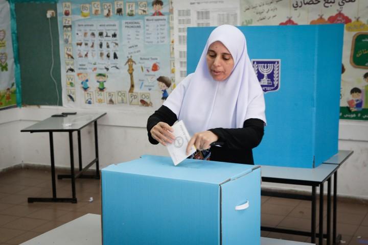 לא צריך סקרים כדי להבין שהנושא שהכי מעסיק את הציבור הערבי הוא האלימות. מצביעה בבחירות באפריל 2019 (צילום: רועי אלימה / פלאש 90)