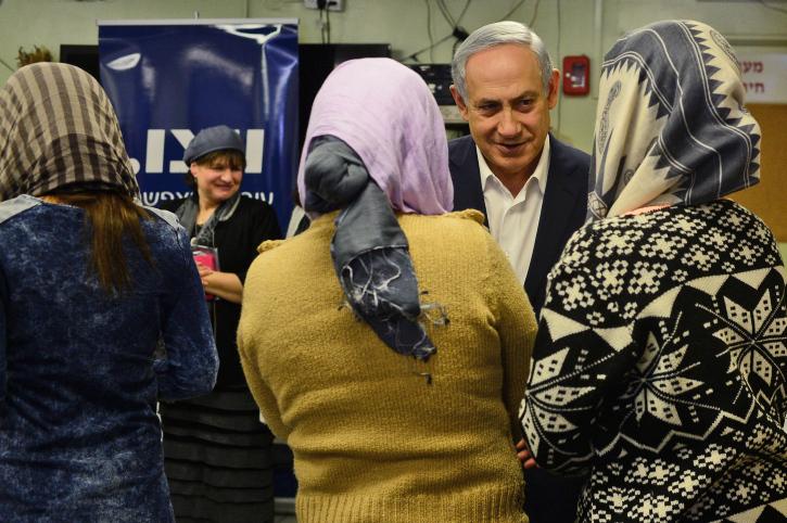 """השרה לשוויון חברתי גילה גמליאל הציעה להכפיל את מספר המעונות לנשים מוכות. ראש הממשלה נתניהו בביקור במעון לנשים מוכות (צילום: קובי גדעון / לע""""מ)"""