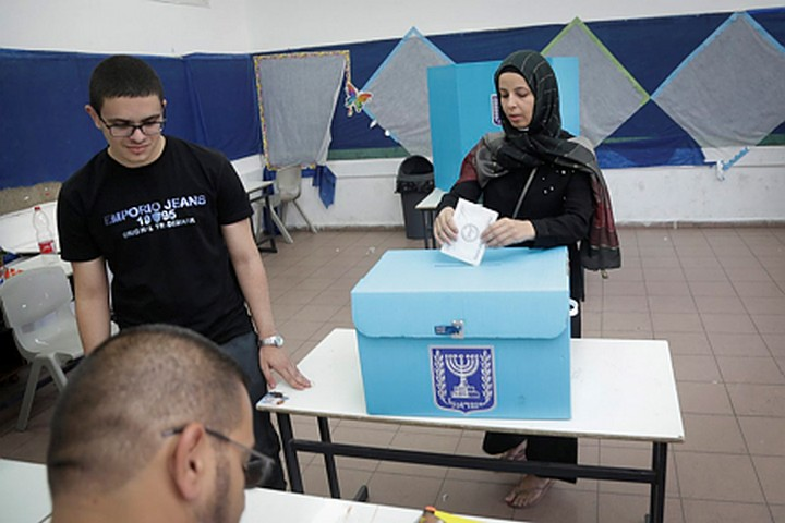 המטרה של התעלול של הליכוד היתה להוריד את שיעור ההצבעה מתחת ל-50 אחוז. מצביעה בכפר קאסם בבחירות האחרונות (רועי עלימה / פלאש90)