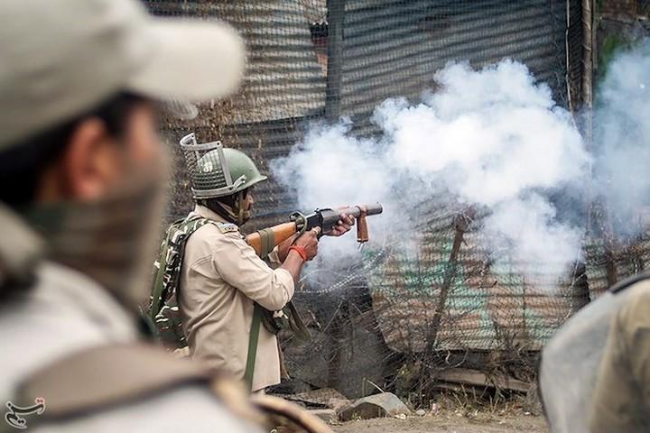 ביטול הסעיפים המבטיחים ניהול עצמי בקשמיר יאפשרו להודו להרחיב את השליטה הקולוניאלית שלה באזור. חיילים הודים בפעולה בקשמיר (Tasnim News Agency/CC BY 4.0)