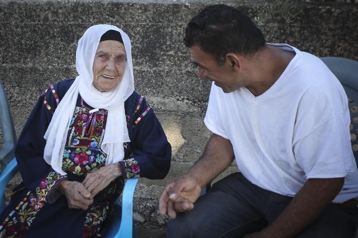 מוטפיה, סבתה של חברת הקונגרס האמריקאית רשידה טליב, בביתה בכפר בית עור אל-פוקא (צילום: פלאש90)