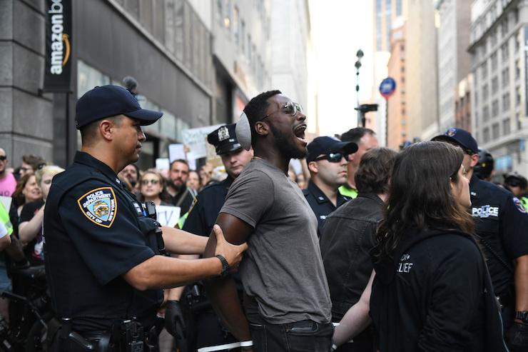 מאות יהודים אמריקאים מפגינים בחנות אמזון בעיר ניו יורק נגד פשיטות ICE, ב-11 באוגוסט 2019 (צילום: גילי גץ)