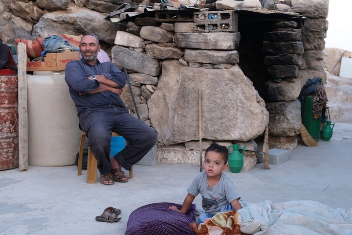 """""""כשהייתי ילד, הייתי משחק במקום שעליו עומדת עכשיו חוות מעון"""". אב המשפחה בא-טובא בחצר ביתו (צילום: רחל שור)"""
