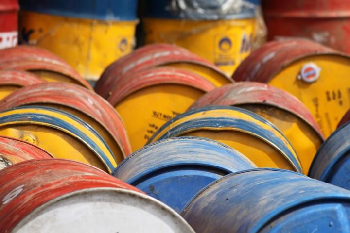 נפט או פחם או אפילו גז אפשר לארוז ולשווק. אנרגיה מתחדשת - הרבה פחות. לכן התאגידים לא מתעניינים בה. חביות נפט בהולנד (צילום: דאן פרנק CC BY-NC 2.0)