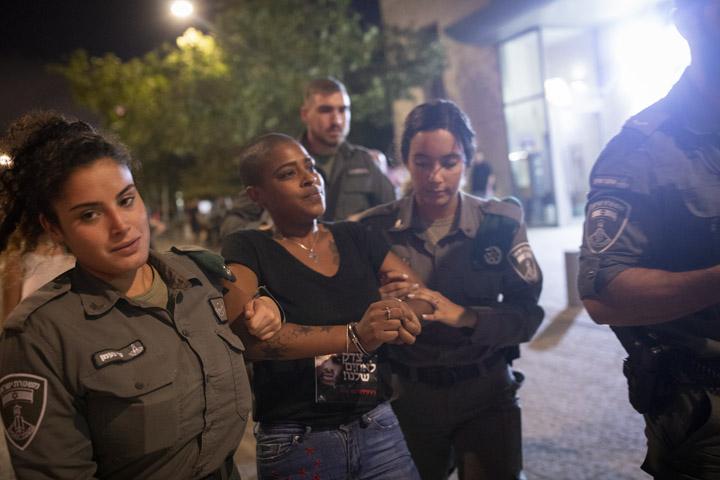 שוטרים עוצרים את ימיקר טרפה במהלך מחאה מול ביתו של שר המשפטים בתל אביב
