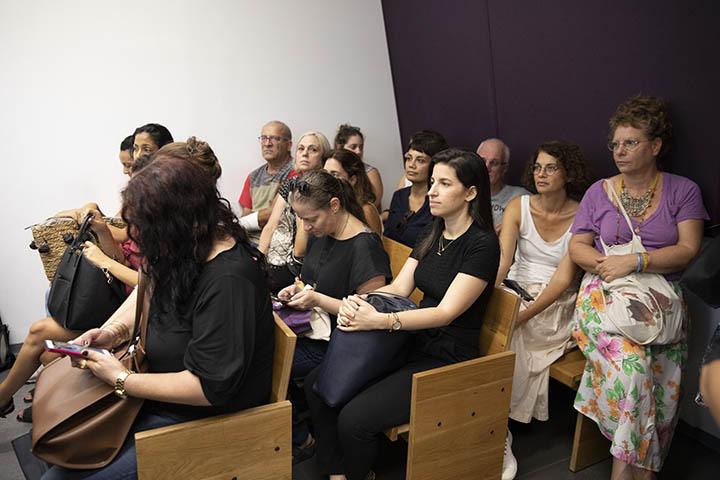 הקהל בדיון של ג',מהגרת עבודה מהפיליפינים, שסירבה להסגיר את ילדיה לאחר שנעצרה, בבית המשפט המחוזי בתל אביב, 24 בספטמבר 2019 (צילום אורן זיו)