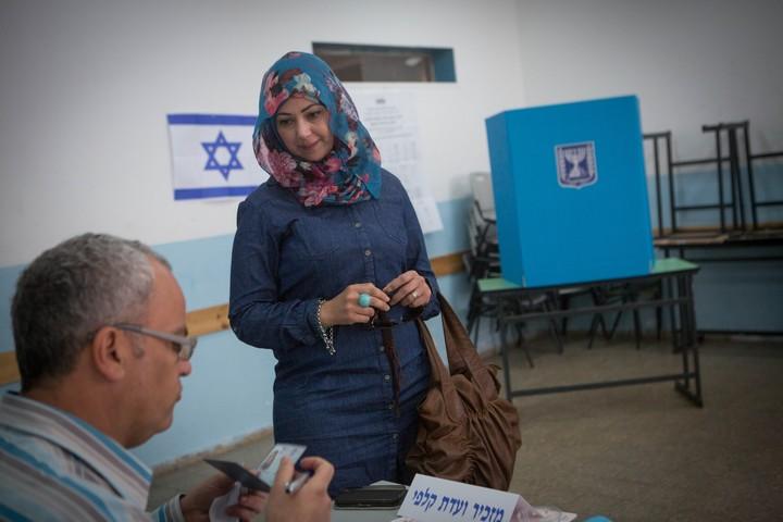 מצביעה בקלפי בבית צפאפא, בבחירות 2015 (צילום: מירם אלסטר / פלאש90)